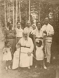 Митрополит Серафим вместе с келейницами и родными на даче в Удельной. 1937 год.