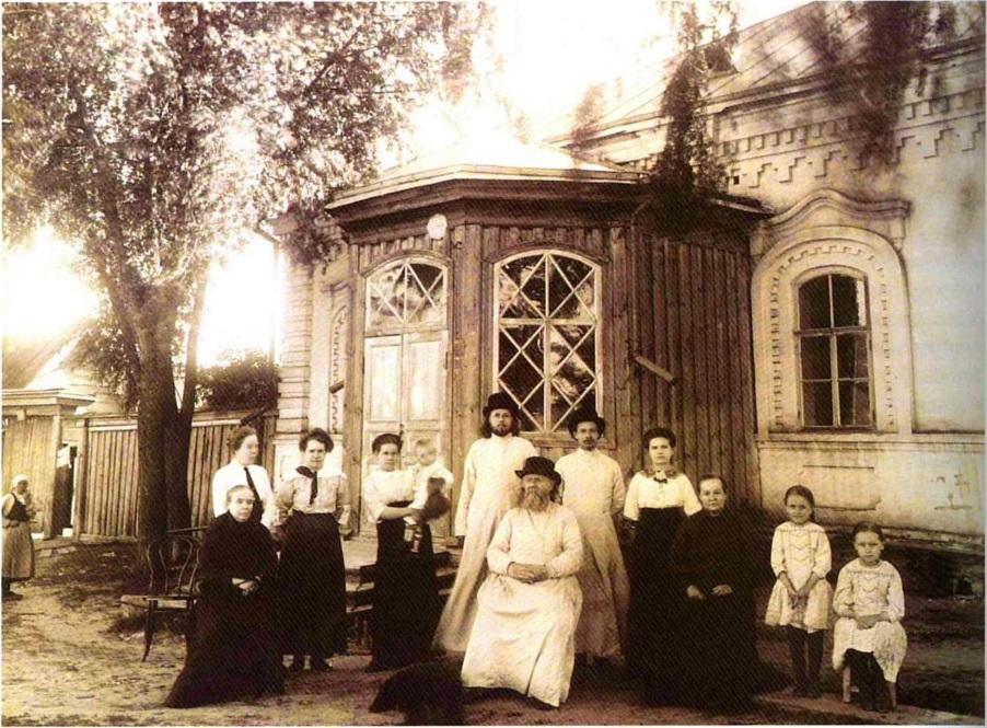 Протоиерей Иоанн Гусев с сыновьями-священниками и другими родственниками