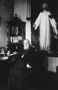 Митрополит Серафим в своём кабинете в Ленинграде на фоне написанной им иконы «Спаситель в белом хитоне».