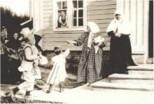 Блаженная Параскева у крыльца своей келии.Фото нач. XX в.