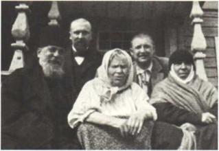 Блаженная Паша Саровская (в центре) на крыльце с архимандритом Серафимом (Чичаговым) и келейницей монахиней Серафимой. Фото 1890-х гг.