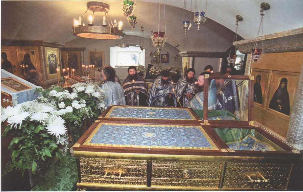 Рака с мощами св. прп. Елены в Казанской церкви Свято-Троицкого Серафимо-Дивеевского монастыря.